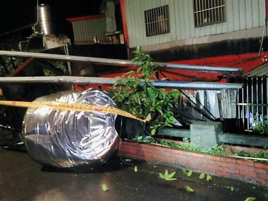 台湾东部海域4日晚间发生多起有感地震,新北市莺歌区国际二路路边搭建的2吨水塔,疑因地震横倒在小巷内。(图片来源:台湾《中时电子报》)
