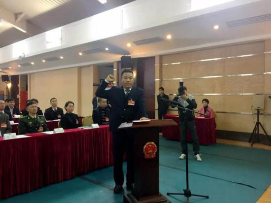 熊辉当选三沙市监委主任后向宪法庄严宣誓。 海南廉政微信公众号 图