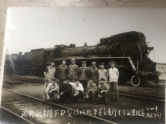 1974年成都机务段配备的火车及司机。成都机务段 供图