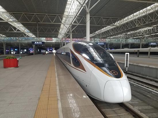 """在成都东站整装待发的""""复兴号""""列车。 付豪 图"""