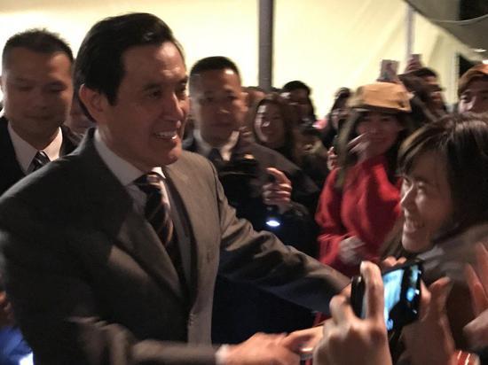 马英九走入人群,人气颇高(图片来源:联合新闻网)