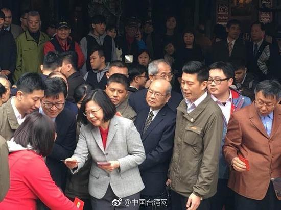 """蔡英文发放红包,台北市长柯文哲在一旁。(图片来源:台湾""""中时电子报"""")"""