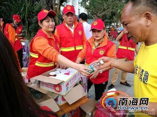 2月20日,海口市琼山区组织了80余名志愿者前往港口为滞留旅客发放物资。琼山区旅游局供图