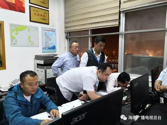 海南省长沈晓明来到海口港指挥调度中心。