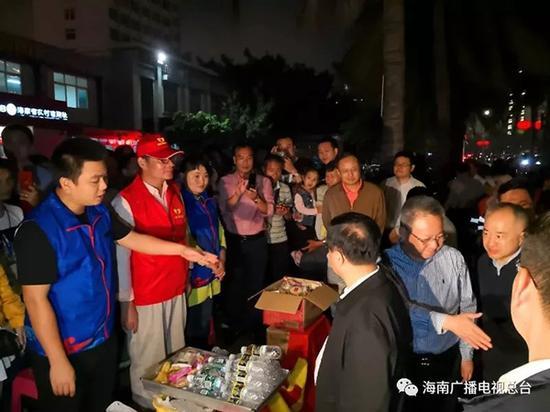 刘赐贵、沈晓明走上街道,看望慰问一直在路上执勤的交警和打扫卫生的环卫工人以及志愿者。