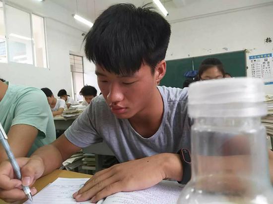 高中时期的杨高飞。 杨高飞同学供图