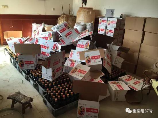 ▲2017年1月11日津独流镇一家生产假酱油村民家中,罐装并贴完标签的假东古酱油,正准备装箱。