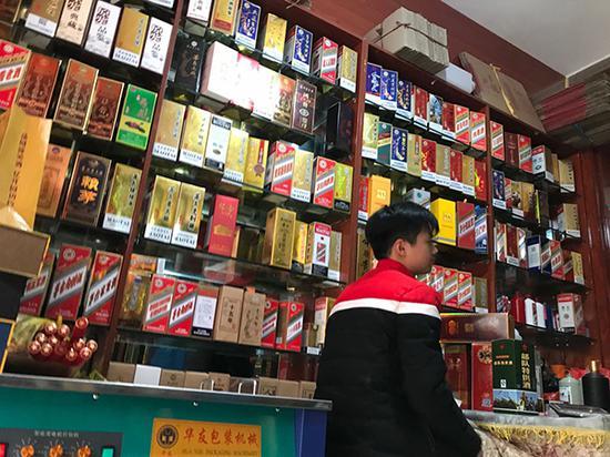 兴盛路一家店里展示的各种茅台酒的外包装。
