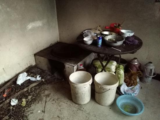 韩一亮家的厨房。