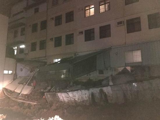 消防局统计有4户民宅增建厨房倒塌。(图片来源:台湾《中时电子报》)