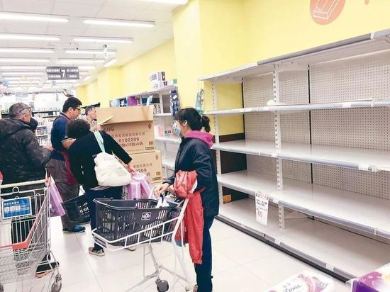 ▲台中市多个卖场的卫生纸货架被一扫而光。