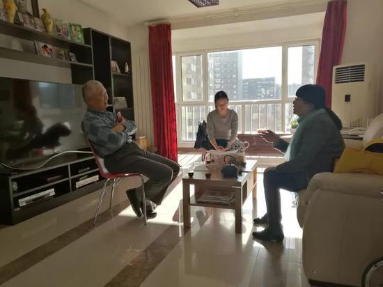 2018年春节前,友人去看望陈小鲁(左一)。受访者供图