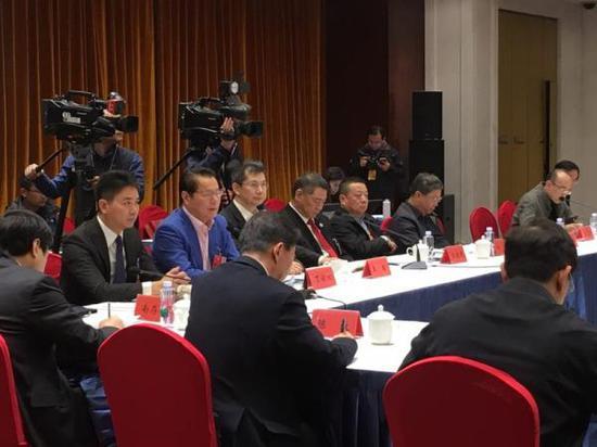 3月4日上午,全国政协委员刘强东参加小组会议。 澎湃新闻记者 李闻莺 图