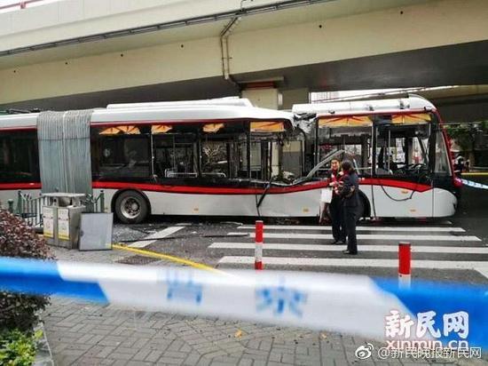 3月5日早晨,上海延安东路一根柱状物掉落后砸中行驶中的71路中运量公交车。 新民网 图