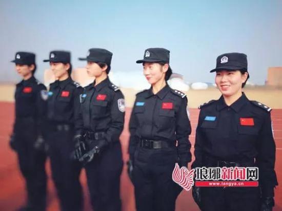 陈敏(右一)和队友接受训练。