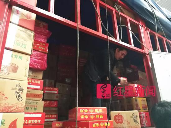 李朋璇搬运货物。 红星新闻 图