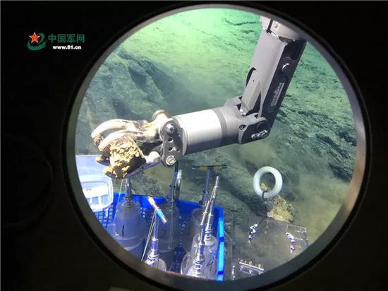 """2017年5月23日,新华社记者搭乘""""蛟龙""""号载人潜水器。"""