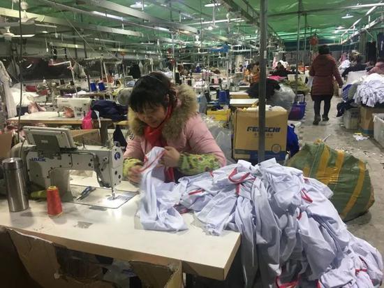 建在菜市场后大棚里的一家制衣厂。新京报记者陶若谷 摄