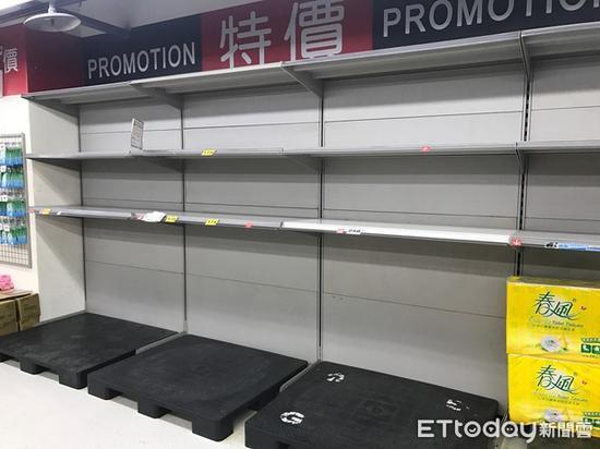 """台湾地区卖场卫生纸被抢购一空 。(图片来源:台湾""""东森消息云"""")"""