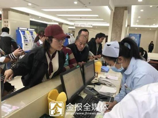 金晓珍老师在医院为学生一家办理住院手续。 本文图均为 金华新闻网 图