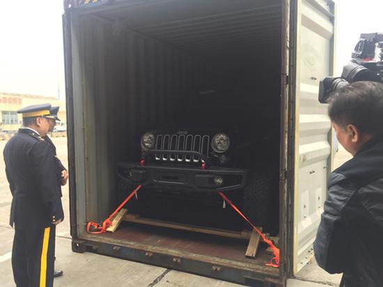 中方代表和加方代表打开集装箱验车。 本文图片均为 澎湃新闻见习记者 李佳蔚 图