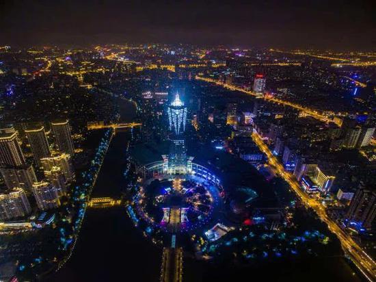 ▲杭州市中心西湖文化广场的城市夜景  图片来源:新华社