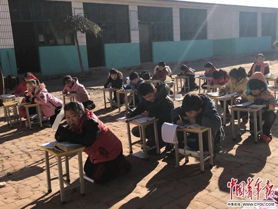 南雅握小学的孩子在室外写作业。中国青年报·中青在线记者 朱洪园/摄