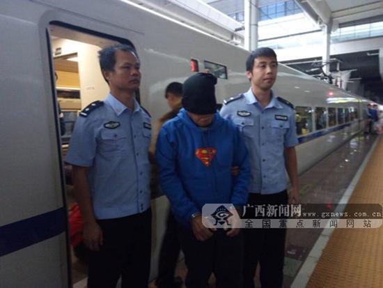 犯罪嫌疑人被押解下车。 本文图均为 广西新闻网 图