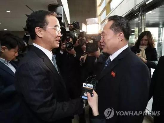 韩国一统部长赵明均(左)与朝鲜祖国和平一统委员会委员长李善权(右)