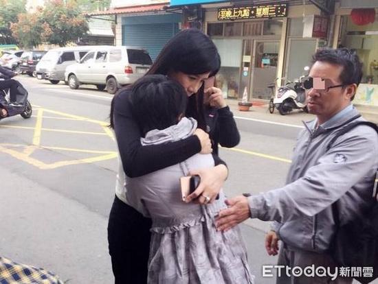 """桃园市议员万美玲慰问遭小货车撞成重伤不治的男童家人。(图片来源:台湾""""东森新闻云)"""