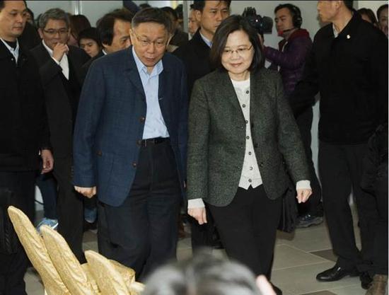 柯文哲(右)26日陪同蔡英文(左)视察台北市健康公宅。(图片来源:台湾《中时电子报》)