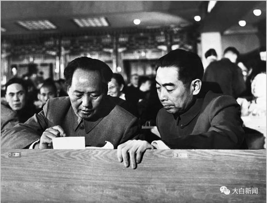 毛泽东、周恩来在第一届人代会上 侯波摄