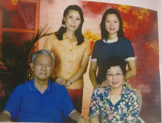 1998年夏,全家福。张沛女儿凌霄(后排左)、凌云(后排右),夫人凌焕(前排右)。