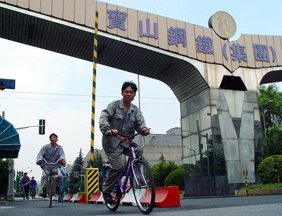 上海宝钢的钢铁工人下班。视觉中国 图
