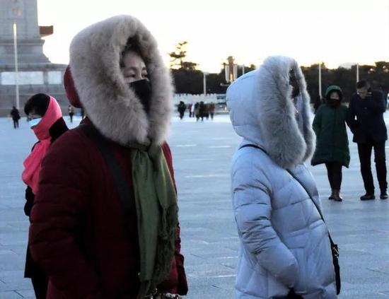 """△北京迎来""""冷冻周"""" 公众""""武装""""出行御寒潮"""