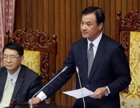 """台湾""""立法院""""5日审查""""促进转型正义条例"""",""""立法院长""""苏嘉全(右)敲槌宣布通过。(图片来源:台湾《中时电子报》)"""