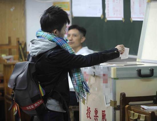 台湾民众投票。(台媒资料图)