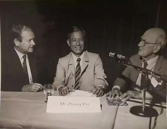 1985年11月,张沛(中)在中、澳新闻讨论会的开幕式上。