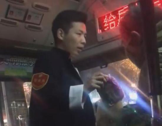 公交司机董彬在分发雨衣 视频截图