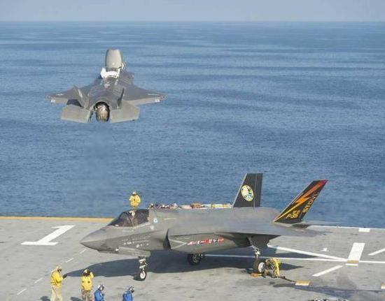 """美军""""黄蜂""""号两栖攻击舰驻防日本佐世"""
