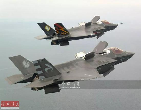 ▲F-35B双机在空中切换至VTOL(垂直起降)模式,前部升力风扇舱顶盖已升起,尾喷口也下压至90度。