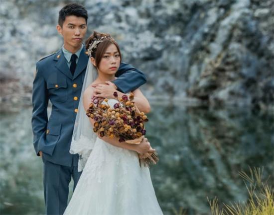 台军贴军人婚纱照。 图片来源:台湾《联合报》