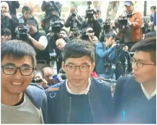 三人进入法庭前(图源:港媒)