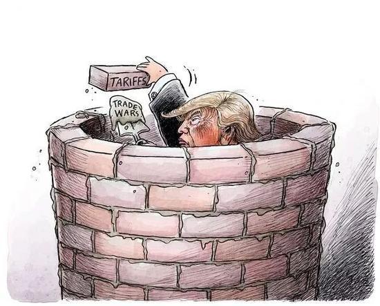 """▲[自筑壁垒]特朗普用""""关税""""砖头和""""贸易战""""水泥慢慢砌成了一口井,却不知不觉将自己困在了这个壁垒中。(美国报刊漫画家协会网站)"""