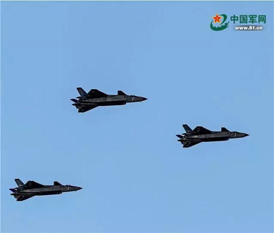歼击机梯队由3架歼-20组成。歼-20是我国自主研制的首型第四代超音速隐身战斗机,这是亮相珠海航展之后,首次以战斗姿态进行展示。穆可双 摄