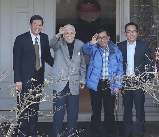 陈师孟认为若照正常法律来看,陈水扁不构成贪污。图为李登辉(左二)与陈水扁(右二)。(图片来源:台湾《中时电子报》)