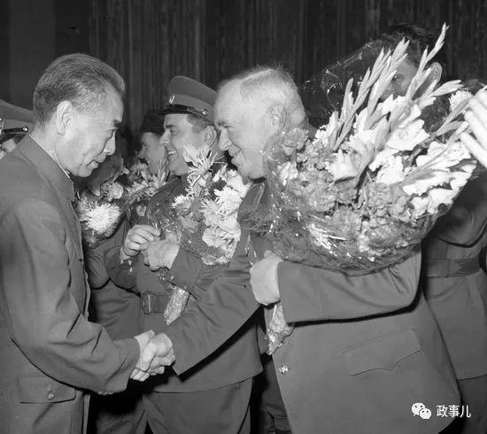图为1965年,周恩来会见红旗歌舞团。