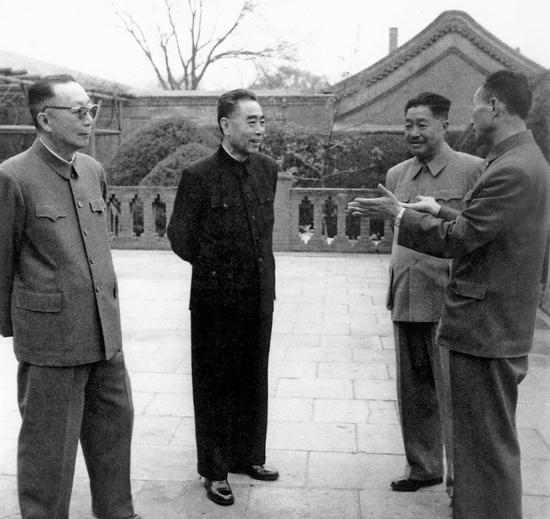1963年4月,周恩来和专委会成员贺龙、聂荣臻、张爱萍等在中南海