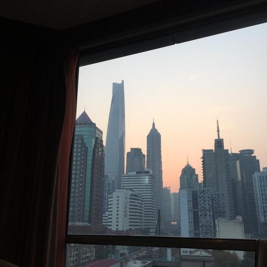 窗外的上海中心大厦。