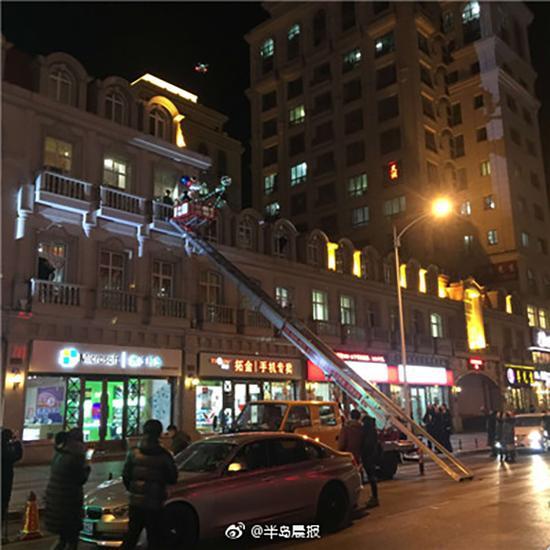 小伙租云梯车爬3楼窗外成功求婚 共花8000元(图)